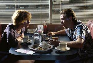 La première scène du film Pulp Fiction montre deux criminels peu expérimentés, ce qui permet un effet de contraste avec la scène suivante, laquelle suit deux gangsters d'expérience.